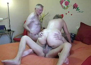 Crazy FMM in the bed with a slutty BBW