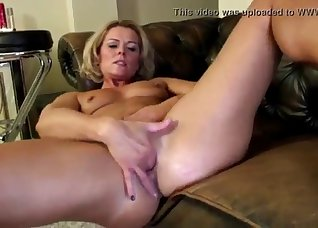Soloing chick rubs her wide-opened cunt